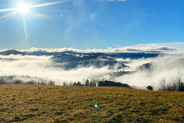 Mgły unoszące się nad Zalewem Solińskim o poranku początkiem zimy w Bieszczadach