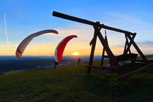 Niepowtarzalny zachód słońca nad Bieszczadami i paralotnie na szybowisku w Bezmiechowej.