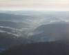 Widok na Komańczę od strony Rzepedzi podczas lotu paralotnią nad Bieszczadami.