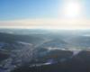 Słońce nad Komańczą podziwiane podczas lotu paralotnią w godzinach popołudniowych początkiem zimy w kierunku południowym.