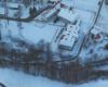 Szkoła w Komańczy widziana z paralotni podczas lotu nad Bieszczadami i Beskidem Niskim.