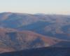 Widok podczas lotu nad Komańcza na górę Chryszczata, na której zboczach są Jeziorka Duszatyńskie.