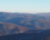Góra Chryszczata jest położona w pobliżu Komańczy, a musicie się tam wybrać, aby poznać jedną z największych atrakcji Bieszczad - Jeziorka Duszatyńskie. Na zdjęciu widok aż po bieszczadzkie połoniny pokryte śniegiem.