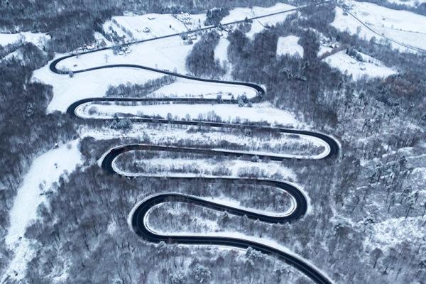 Serpentyny Góry Słonne widziane podczas lotu paralotnią między Bieszczadami, a Beskidem Niskim