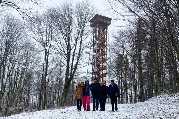 Wieża widokowa nad Mucznem zdobyta podczas wycieczki jednodniowej po Bieszczadach - jedna z atrakcji.