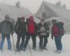 Kandydaci na ratowników Bieszczadzkiej Grupy GOPR przed schroniskiem Chatka Puchatka już po egzaminie teoretycznym, praktycznym z narciarstwa, ale przed sprawnościowym przeprowadzanym w Ustrzykach Górnych - 21 styczeń 2006.
