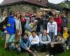 Jedna z grup Biura Podróży Bieszczader z Łodzi przy schronisku Chatka Puchatka na Połoninie Wetlińskiej - 30 maj 2006.
