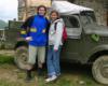Młodzież licealna z Łodzi przy samochodzie Lutka Pińczuka i schronisku Chatka Puchatka - 30 maj 2006.