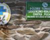 Tabliczki na ścianie zewnętrznej schroniska Chatka Puchatka: jedna z nazwą, druga zawieszona przez GOPR oraz oznaczenie szlaku czerwonego przebiegającego szczytem Połoniny Wetlińskiej - 9 lipiec 2006.