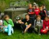 Dzieci na wycieczce szkolnej na Połoninę Wetlińską przy samochodzie gospodarza schroniska Lutka Pińczuka - 17 maj 2008.