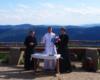 Msza święta odprawiana przez księży obok schroniska Chatka Puchatka na Połoninie Wetlińskiej.