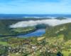 Bóbrka o poranku i ostatnie mgły znikające nad Zalewem Myczkowieckim - na górze Koziniec nieczynny kamieniołom.