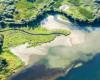 Potok przepływający przez Bóbrkę wpadający do Zalewu Myczkowieckiego widziany podczas lotu paralotnią nad Bieszczadami.