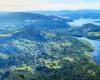 Widok z Bóbrki w stronę Soliny i Zalewu Solińskiego - zdjęcie wykonane podczas lotu paralotnią nad Bieszczadami.