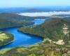 Zalew Myczkowiecki, kamieniołom w Bóbrce po prawej, a w oddali zapora wodna w Myczkowcach pod pierzyną z mgły - zdjęcie z lotu paralotnią nad Bieszczadami.