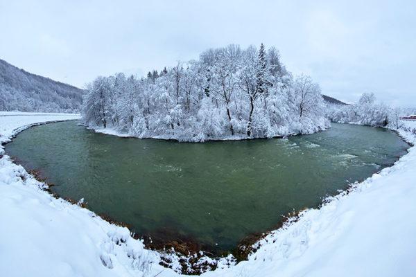 Rzeka Osława między Wysoczanami, a Mokrem zimą - czy rzeka na tym zdjęciu nie przypomina Wam serca?