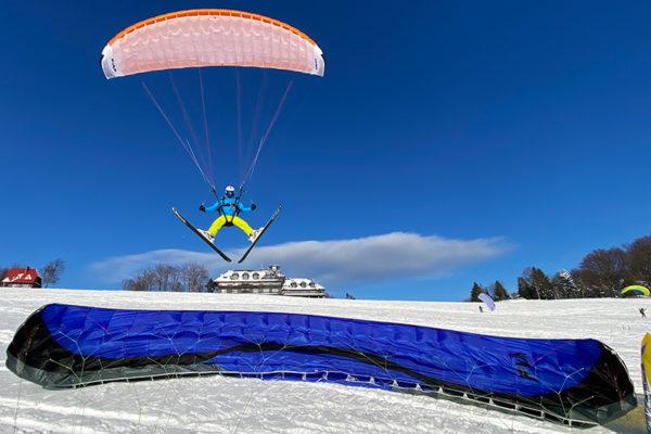 SnowGliding na szybowisku w Bezmiechowej - bez wyciągów narciarskich, a tylko narty + uprząż + paralotnia + wiatr i jedna z najciekawszych ekstremalnych atrakcji w Bieszczadach zimą...