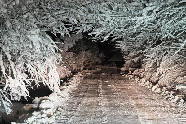 Tunele śnieżne i piękno zimy sfotografowane nocą na granicy Bieszczad i Beskidu Niskiego.