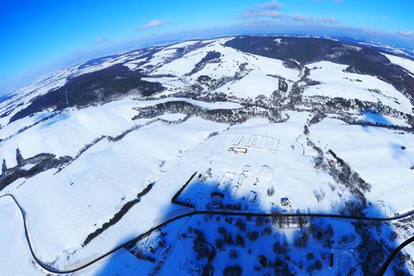 PŁONNA - jedna z najmniejszych i najpiękniejszych miejscowości Beskidu Niskiego, zdjęcia z paralotni zimą