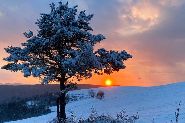 Niepowtarzalny zachód słońca w Beskidzie Niskim na górze Rzepedka z widokiem na Bieszczady...