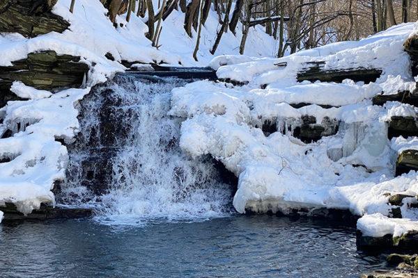 WODOSPAD na Potoku Wisłoczek zimą na południe od Rymanowa - jedna z wyjątkowych atrakcji Województwa Podkarpackiego.