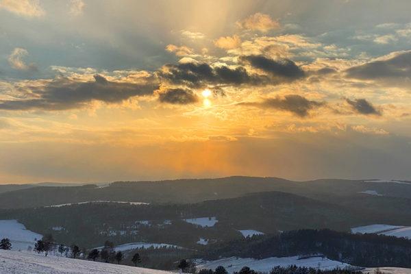 Zachód słońca na pograniczu Bieszczad i Beskidu Niskiego - BIAŁY WIERCH 597m zimą między Kulasznem, Szczawnem i Wysoczanami.