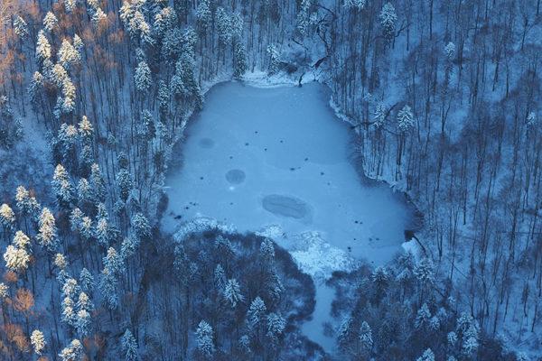 Jeziorka Duszatyńskie na zdjęciach wykonanych zimą podczas lotu paralotnią nad Bieszczadami i atrakcjami Gminy Komańcza - to obowiązkowa zwiedzając Województwo Podkarpackie oraz przygoda.